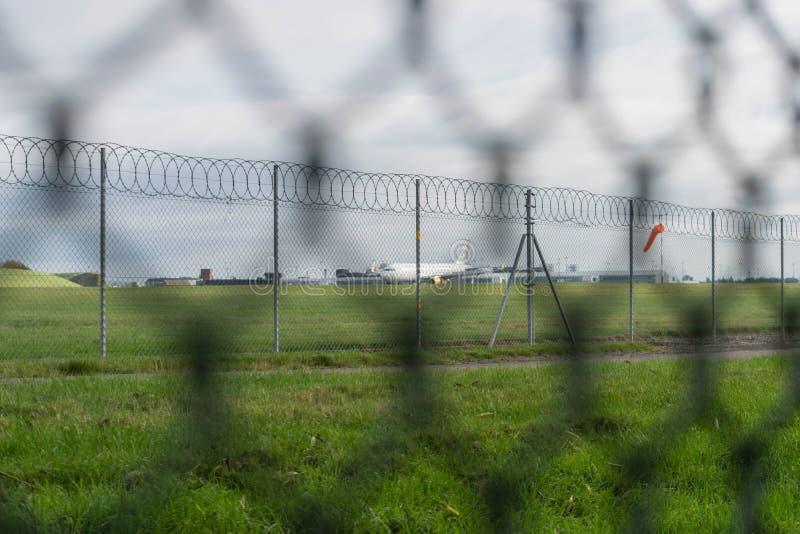 AEROPORTO INTERNAZIONALE DI BIRMINGHAM, BIRMINGHAM, REGNO UNITO - 28 OTTOBRE 2017: atterraggio piano nell'aerodromo circondato vi fotografia stock