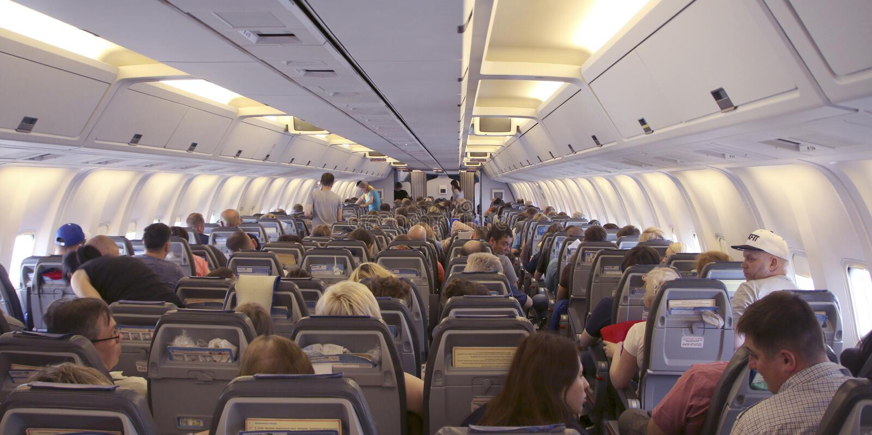 AEROPORTO INTERNAZIONALE DI KOLTSOVO, EKATERINBURG, RUSSIA - 11 GIUGNO 2018: I passeggeri prendono i loro sedili e si preparano p immagini stock