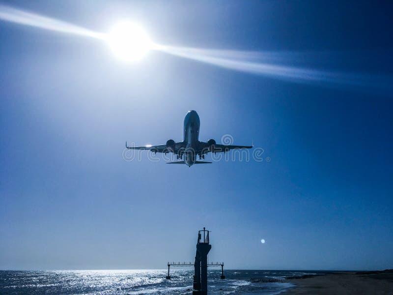 Aeroporto lanzarote do mar da aterrissagem do plano de ar do monstro do metal sob spain fotografia de stock royalty free