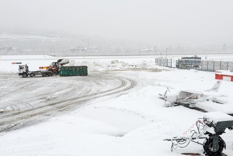 Aeroporto Lugano Agno sob a neve fotos de stock royalty free