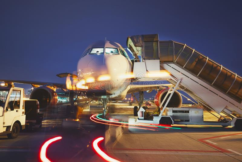 Aeroporto na noite foto de stock royalty free