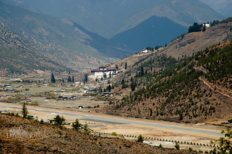 Aeroporto nas montanhas - Butão de Paro foto de stock
