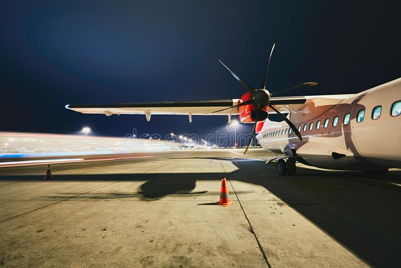Aeroporto nella notte fotografia stock