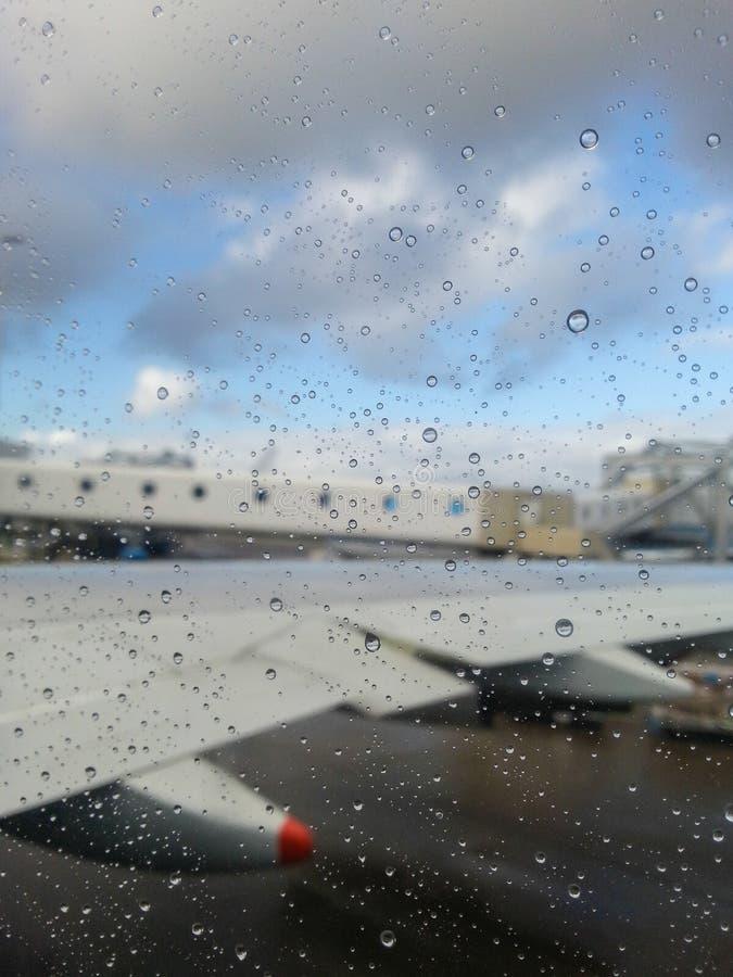 Aeroporto nella pioggia immagine stock libera da diritti