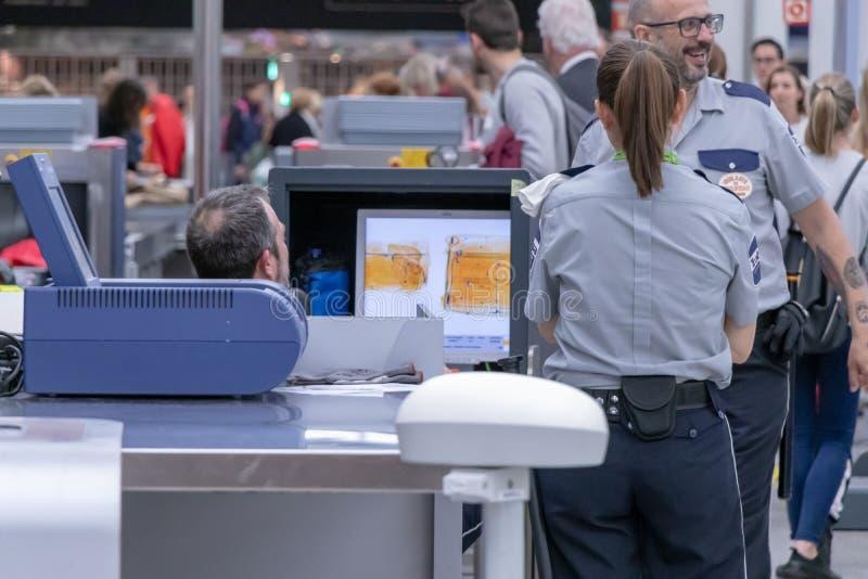 Aeroporto, palma, mallorca, spain, o 14 de abril 2019: Homem na posição uniforme no contador no ponto de verificação e observação fotos de stock