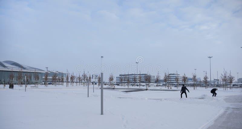 Aeroporto Platov, construído para o campeonato do mundo 2018 de FIFA Inverno Os passageiros estão preparando-se para voos Os veíc foto de stock