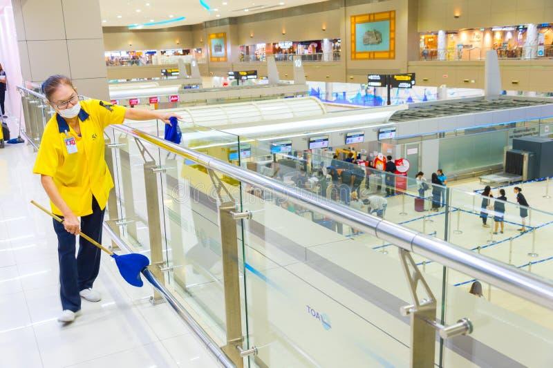 Aeroporto Tailandia del lavoro di servizio di pulizia fotografia stock