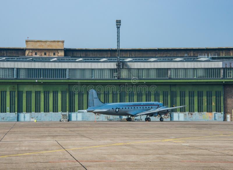 Aeroporto Tempelhof di Airplain del mezzo corazzato per il trasporto delle truppe DC-4 a Berlino fotografia stock libera da diritti