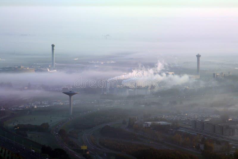 Aeropuerto bajo niebla con humo imagen de archivo