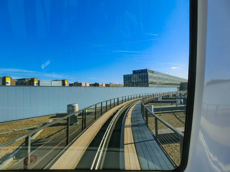 Aeropuerto de Alemania - de Hesse - de Francfort - tren del horizonte en su ruta, el servicio ferroviario automático libre de la  imagenes de archivo