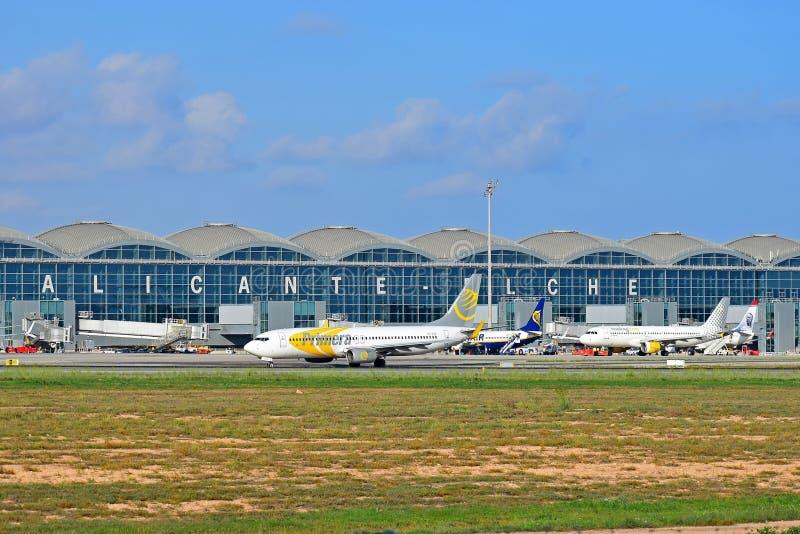 Aeropuerto de Alicante Elche de las líneas aéreas de Primera fotos de archivo