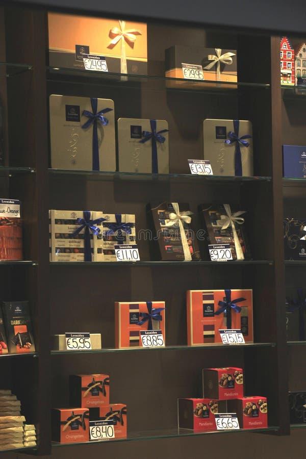 Aeropuerto de Amsterdam Schiphol, los Países Bajos - 14 de abril de 2018: Tienda de Leonidas Chocolate fotos de archivo