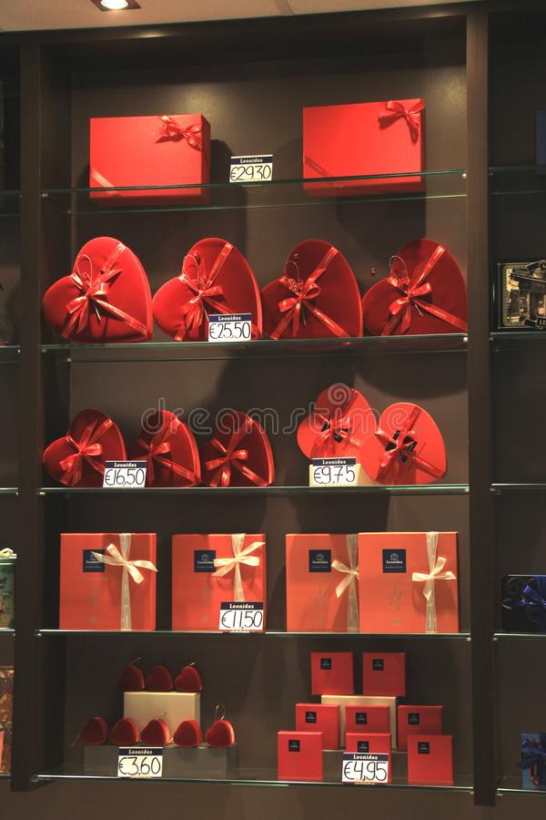 Aeropuerto de Amsterdam Schiphol, los Países Bajos - 14 de abril de 2018: Tienda de Leonidas Chocolate fotos de archivo libres de regalías