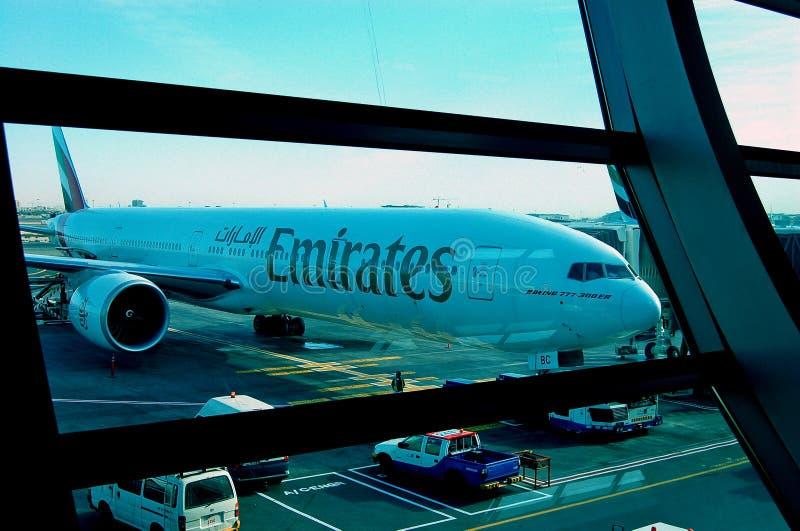 Aeropuerto de Boeing 777-300ER Dubai de los emiratos foto de archivo libre de regalías