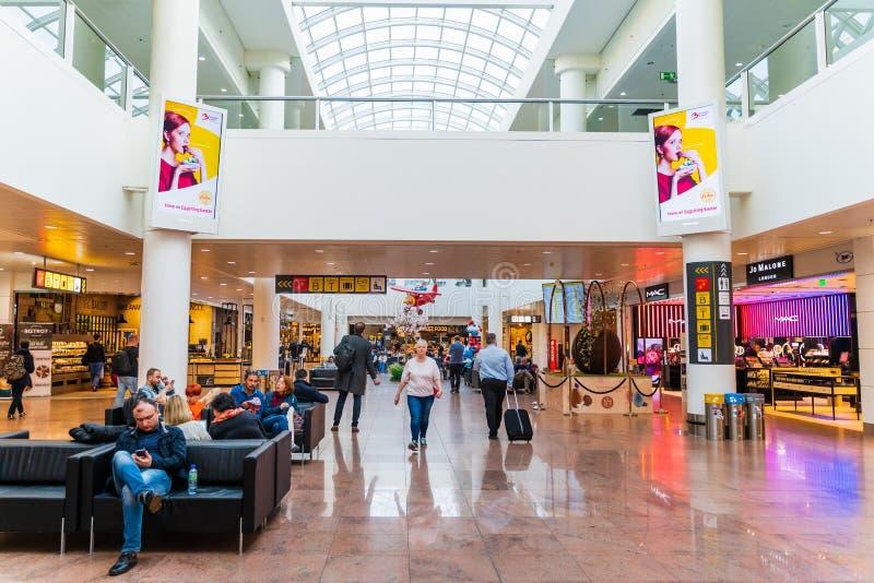 Aeropuerto de Bruselas, Bélgica, el 28 de marzo de 2019 Bruselas, gente que espera sus vuelos imagen de archivo libre de regalías