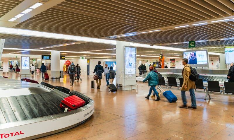 Aeropuerto de Bruselas, Bélgica, marzo de 2019 Bruselas, punto de recogida del equipaje en área de la llegada imagen de archivo