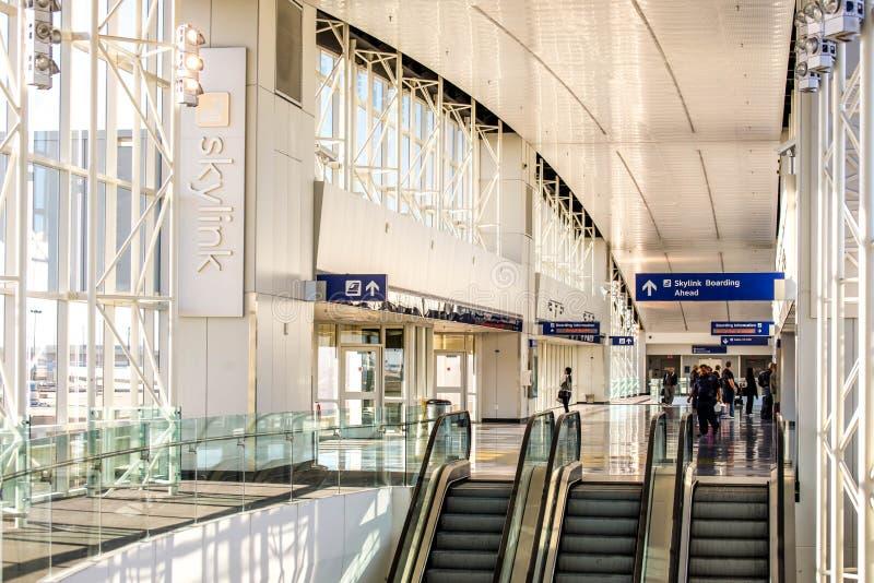 Aeropuerto de DFW - pasajeros en la estación de Skylink fotos de archivo