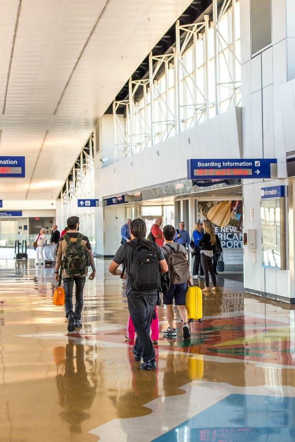 Aeropuerto de DFW - pasajeros en la estación de Skylink fotografía de archivo libre de regalías