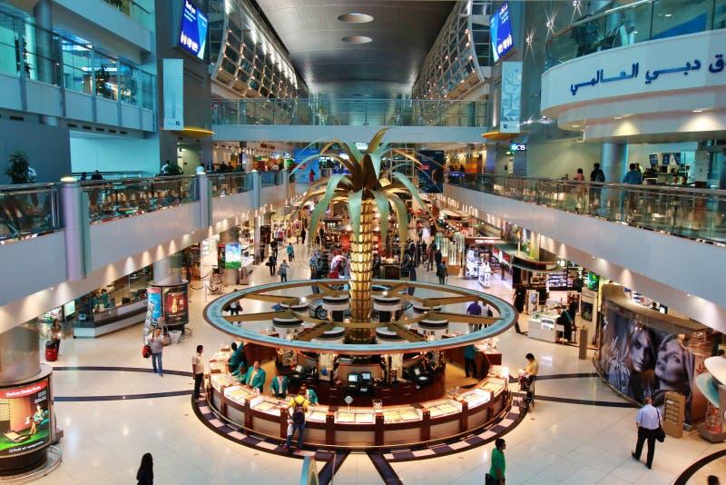 Aeropuerto de Dubai International con la sección con franquicia gloriosa fotografía de archivo