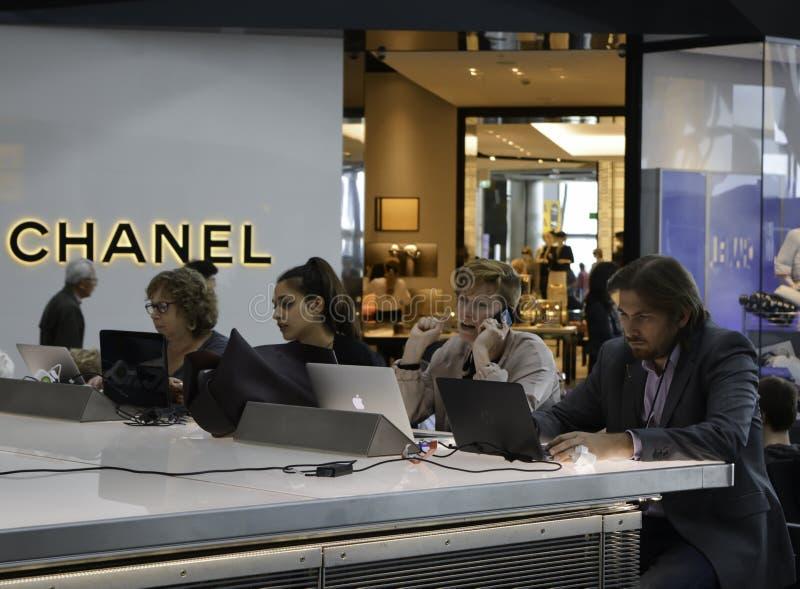 Aeropuerto de Heathrow - gente que trabaja en los ordenadores portátiles imágenes de archivo libres de regalías