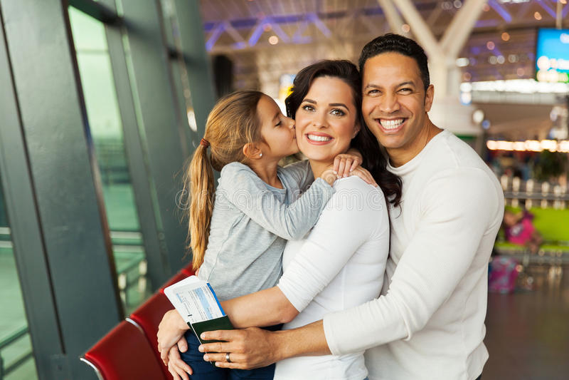 Aeropuerto de la madre de la muchacha que se besa imagen de archivo libre de regalías