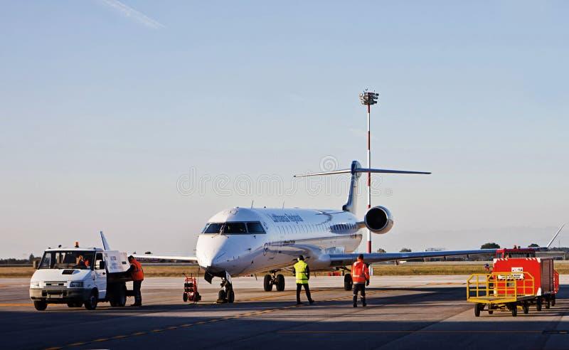 Aeropuerto de Trieste, Italia - de Trieste con el aeroplano imagen de archivo libre de regalías