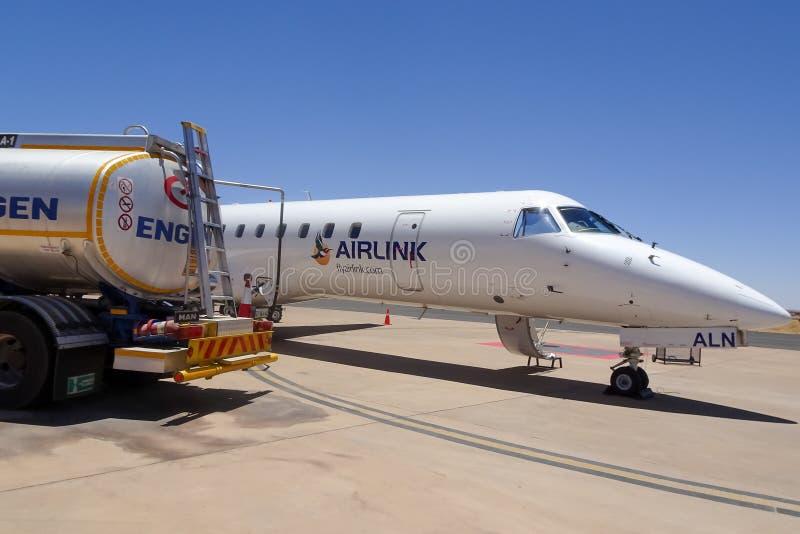 Aeropuerto de Upington, Suráfrica 17/01/2019 - reaprovisionamiento de los aviones foto de archivo