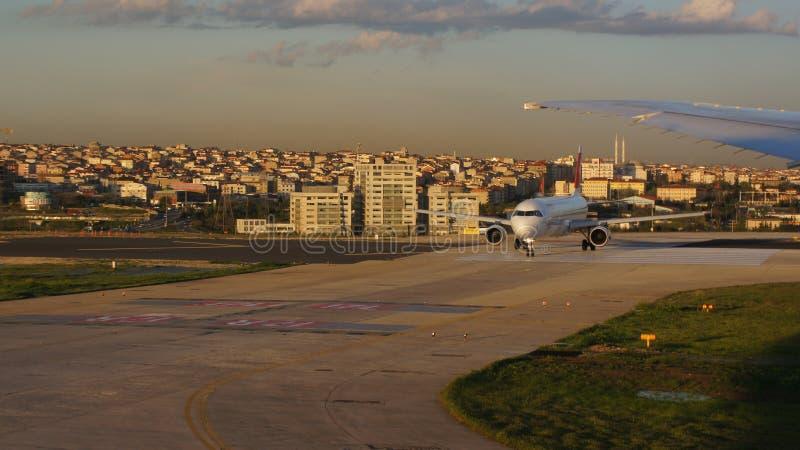 Aeropuerto del avión de pasajeros imagen de archivo libre de regalías