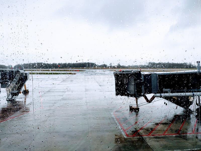 Aeropuerto en día nublado fotografía de archivo