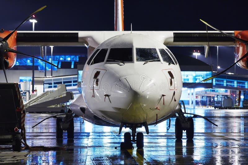 Aeropuerto en la noche foto de archivo libre de regalías
