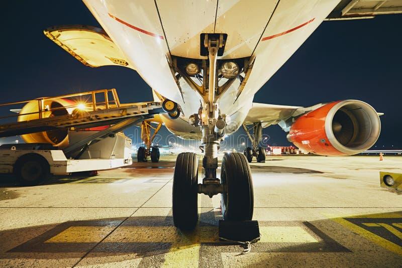 Aeropuerto en la noche fotos de archivo