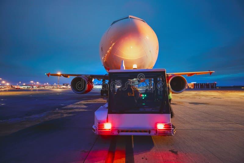 Aeropuerto en la noche foto de archivo