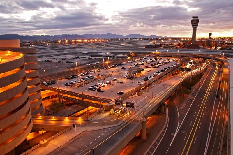 Aeropuerto en la puesta del sol foto de archivo