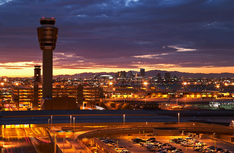 Aeropuerto en la puesta del sol imagenes de archivo