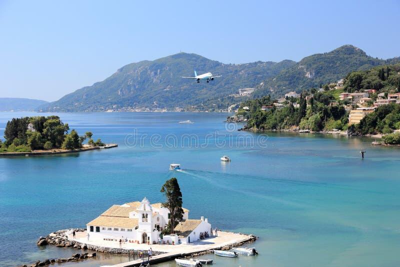 Aeropuerto inminente plano de Corfú sobre el monasterio de Vlacherna Península de Kanoni, isla de Corfú, mar jónico, Grecia fotos de archivo
