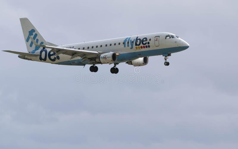 AEROPUERTO INTERNACIONAL DE BIRMINGHAM, BIRMINGHAM, REINO UNIDO - 28 DE OCTUBRE DE 2017: un aterrizaje del avión de las líneas aé fotografía de archivo