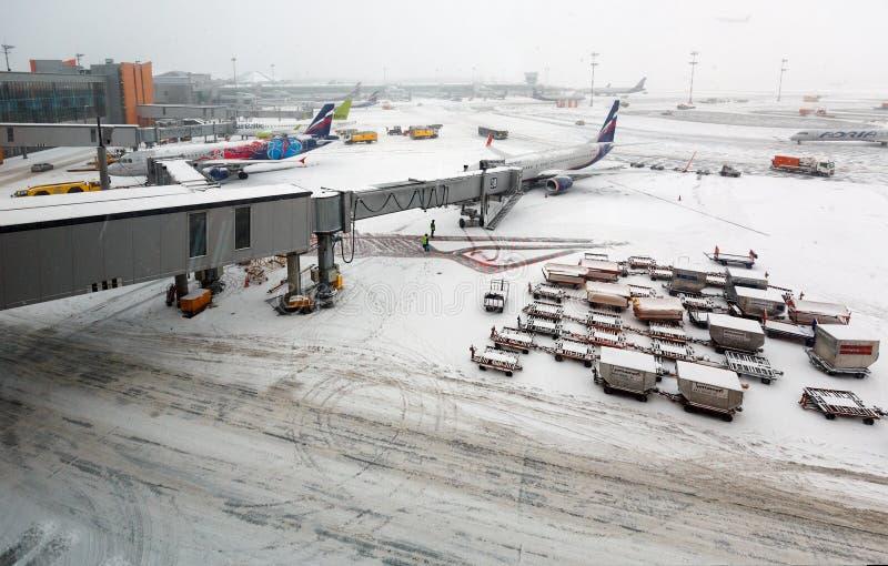 Aeropuerto internacional de Sheremetyevo durante las nevadas Moscú, Rusia fotografía de archivo