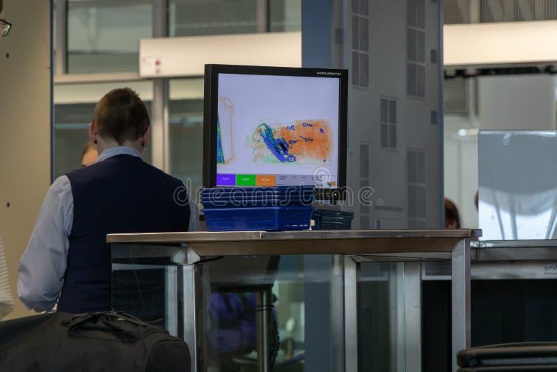 Aeropuerto, Munich, Alemania, 9 de abril 2019: monitor con la radiografía del equipaje foto de archivo