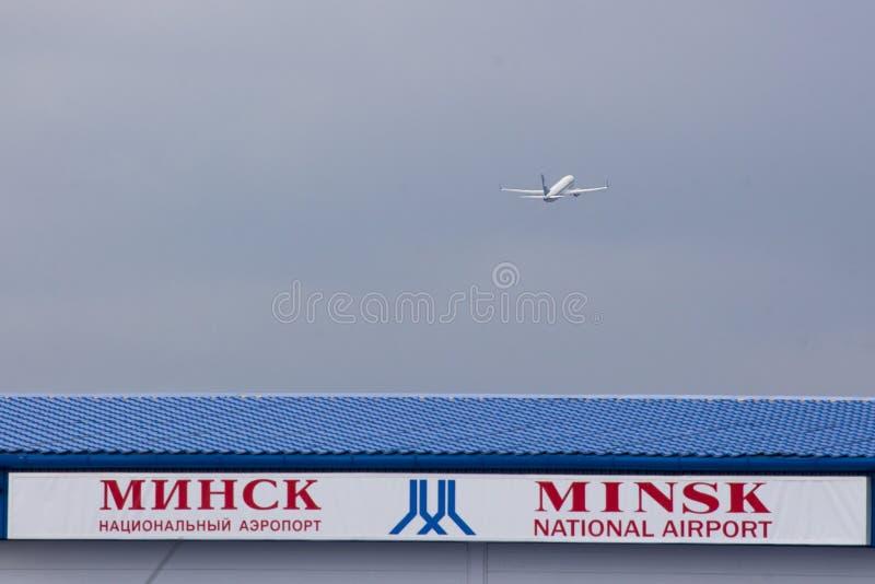 Aeropuerto nacional de Minsk con Boeing 737 Belavia imagen de archivo