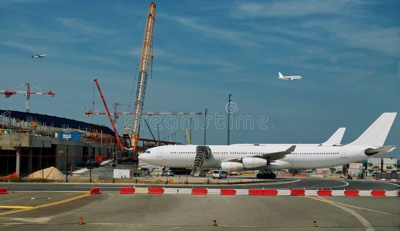 Aeropuerto ocupado - construcción y el convertirse.   imagen de archivo libre de regalías