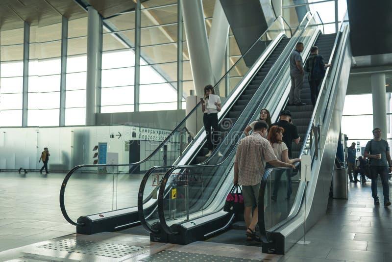 Aeropuerto Platov, Rusia - 24 05 19: subida grande de la familia en la escalera móvil en el aeropuerto imagenes de archivo