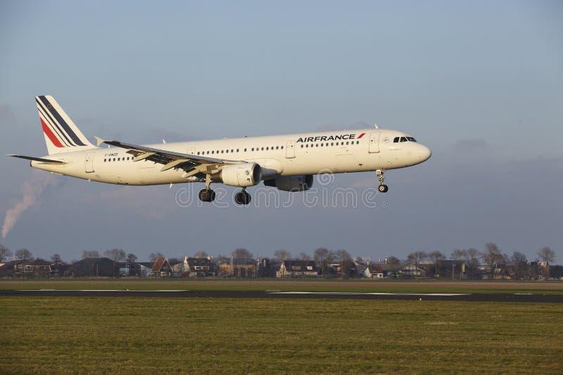 Aeropuerto Schiphol de Amsterdam - Air France Airbus A321 aterriza foto de archivo libre de regalías