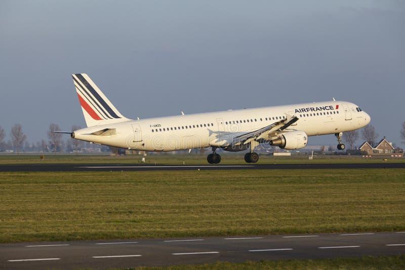 Aeropuerto Schiphol de Amsterdam - Air France Airbus A321 aterriza imágenes de archivo libres de regalías