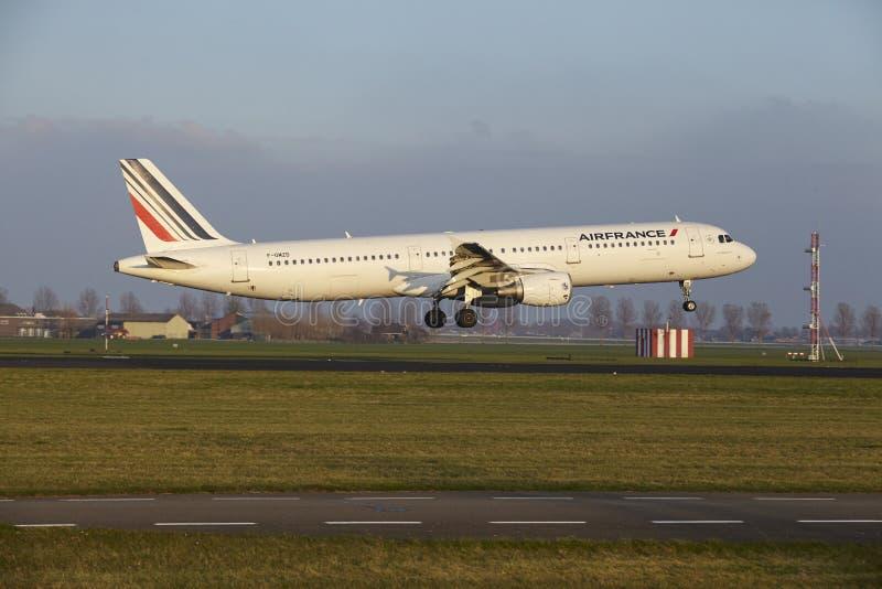 Aeropuerto Schiphol de Amsterdam - Air France Airbus A321 aterriza fotos de archivo