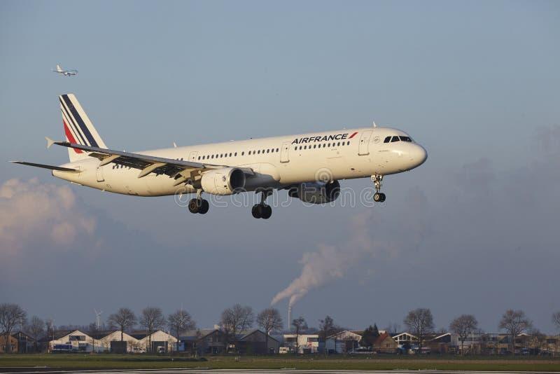 Aeropuerto Schiphol de Amsterdam - Air France Airbus A321 aterriza foto de archivo