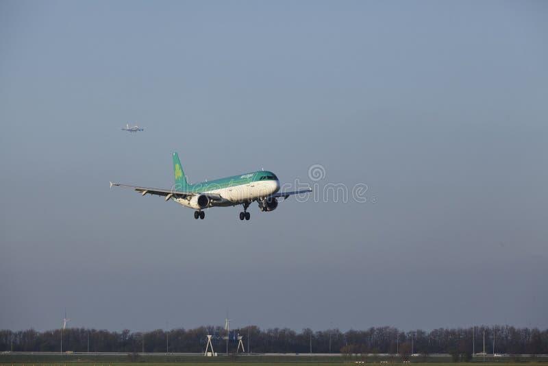 Aeropuerto Schiphol de Amsterdam - Air Lingus Airbus A321 aterriza fotos de archivo
