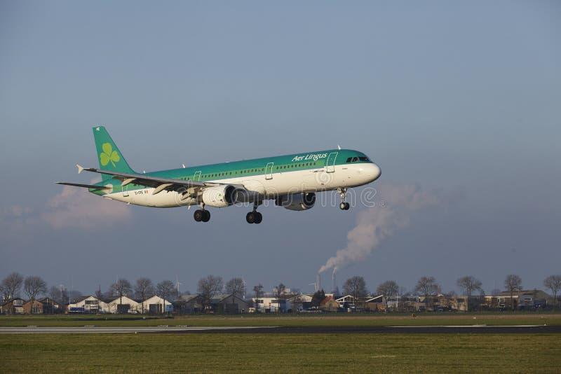 Aeropuerto Schiphol de Amsterdam - Air Lingus Airbus A321 aterriza imagen de archivo libre de regalías