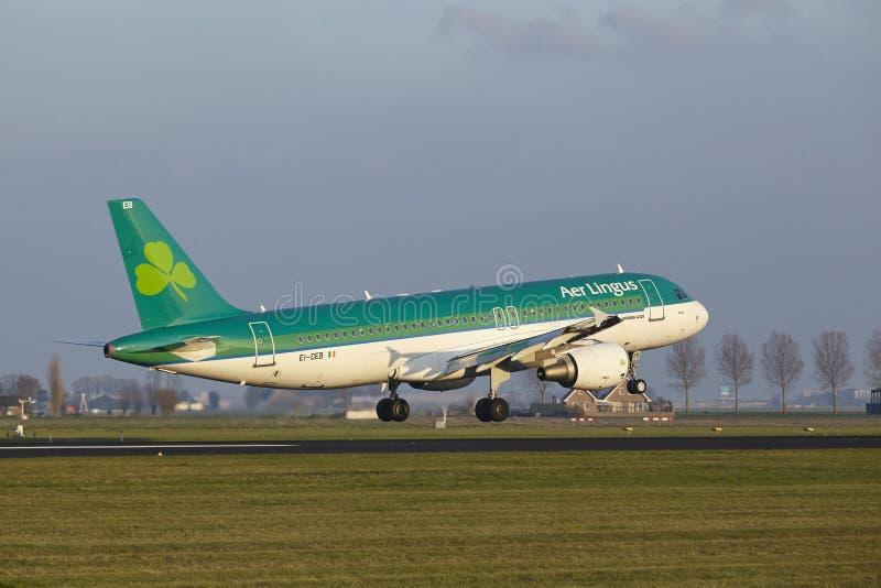 Aeropuerto Schiphol de Amsterdam - Air Lingus Airbus A320 aterriza fotografía de archivo