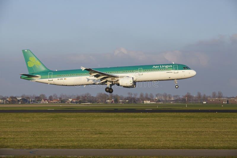 Aeropuerto Schiphol de Amsterdam - Air Lingus Airbus A321 aterriza fotos de archivo libres de regalías