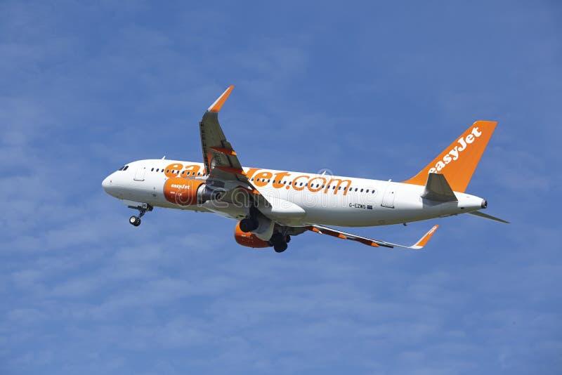 Aeropuerto Schiphol de Amsterdam - Airbus A320 de EasyJet saca foto de archivo libre de regalías